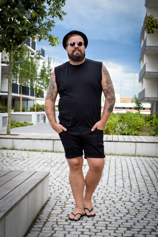 Übergröße XXL Basics für Männer von Big Basics All Black Everything Male Plus Size Fashion Blog Blogger Model Claus Fleissner