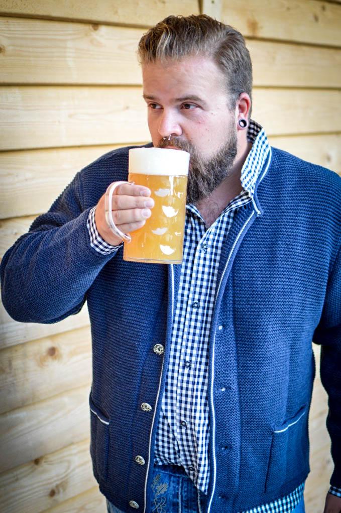 Plus Size Male Model Blog Blogger Tracht Trachten Große Größen bonprix Oktoberfest Volksfest Janker Lederhose Haferl Trachtenhemd