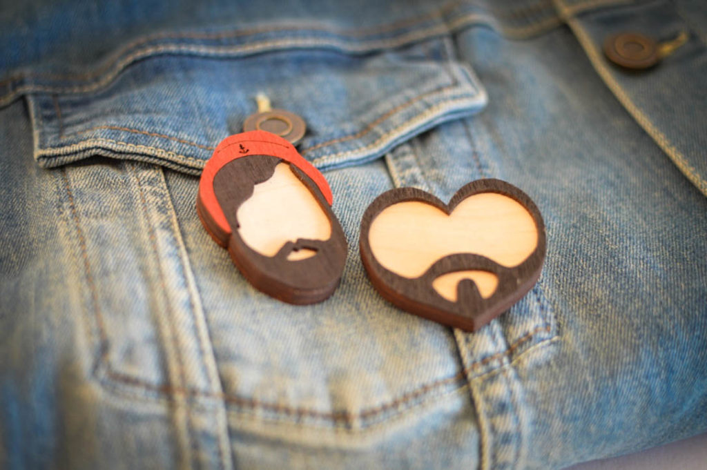 Male Plus Size Blog Blogger Model XXL Fashion Männermode große Größen Holzanstecker Buttons wooden brooches Holzanstecker