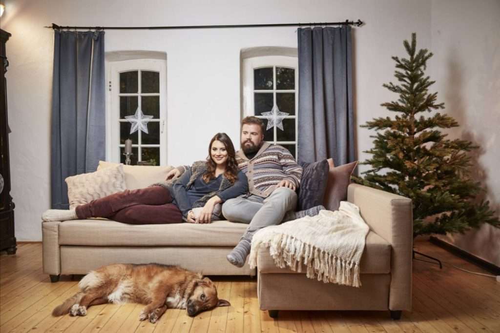 Male Plus Size Blog Blogger Model Claus Fleissner Happy Size Weihnachten Christmas Xmas Shooting große Größen Herrenmode XXL Männermode Santa Claus Céline Denefleh Curvy Supermodel RTL2 Lounge Wear gemütliche Kleidung Gammelklamotten Chillen Norweger Pullover Fellweste