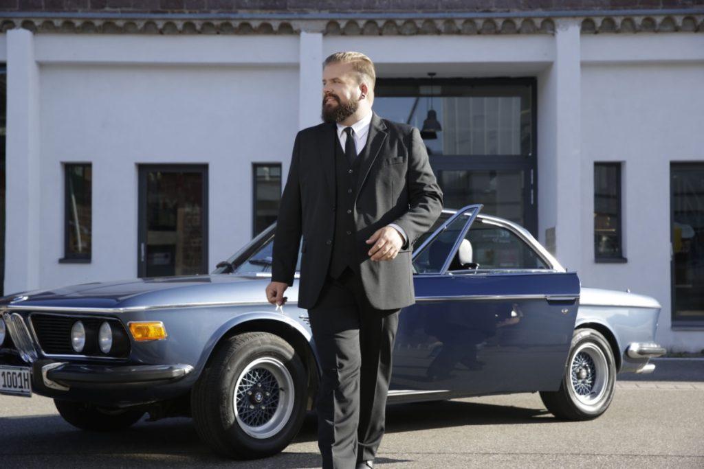 Male Plus Size Model Männermodel grow Größen Männermode XXL Übergröße schwarzer Anzug Dreiteiler Happy Size