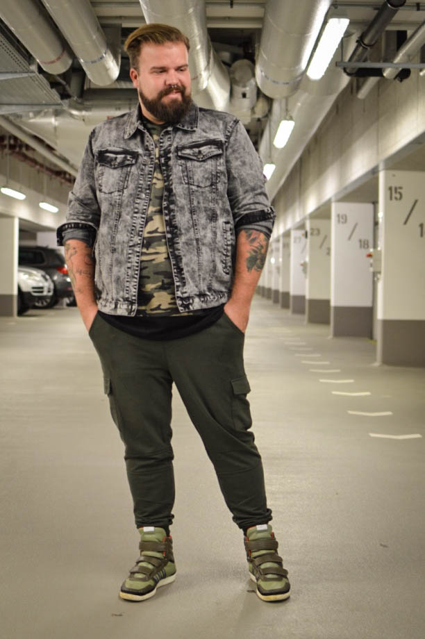 Male Plus size Blog Blogger Model Longfit streetwear Männermode XXL große Größen Herren Happy Size Camouflage Army Joggpants Jogginghose Jeansjacke stinewash moonwash