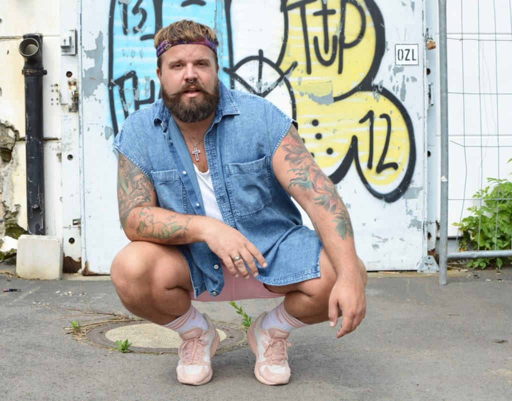 Asos Plus Men 90s Outfit 90er pink Shorts Jeanshemd